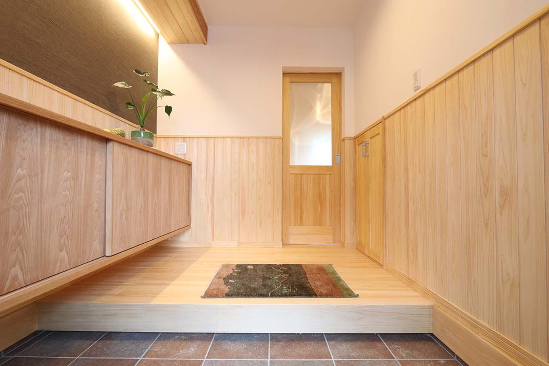 エコフィールド【自然素材、夫婦で暮らす、間取り】友人とのおしゃべりも楽しい、ゆったりとした玄関ホール。収納もたっぷり