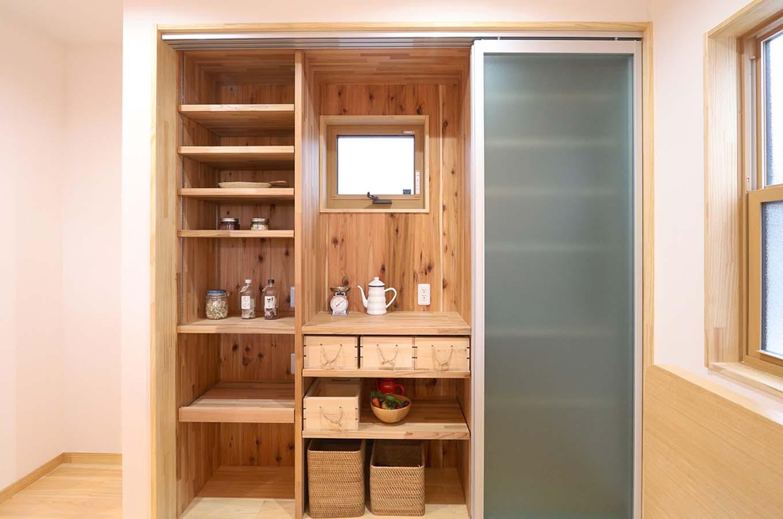 エコフィールド【自然素材、夫婦で暮らす、間取り】キッチンの背面には隠せる収納を用意