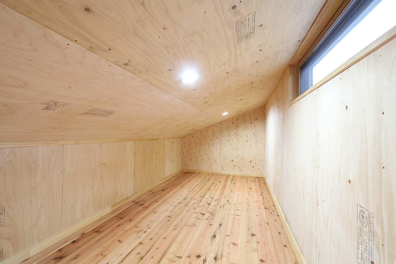 エコフィールド【自然素材、夫婦で暮らす、間取り】大容量の小屋裏収納で、生活空間にはモノがあふれずすっきり
