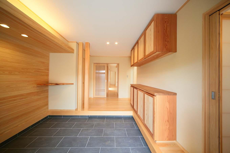 エコフィールド【和風、二世帯住宅、自然素材】檜が香る広々とした玄関は、ちょっとした来客にも安心のゆとり