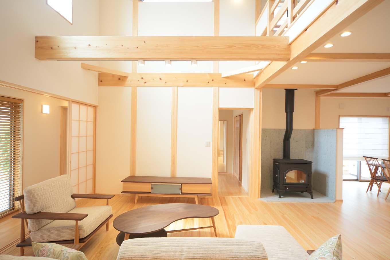 エコフィールド【和風、二世帯住宅、自然素材】吹抜けのあるリビングには、冬に活躍する薪ストーブも