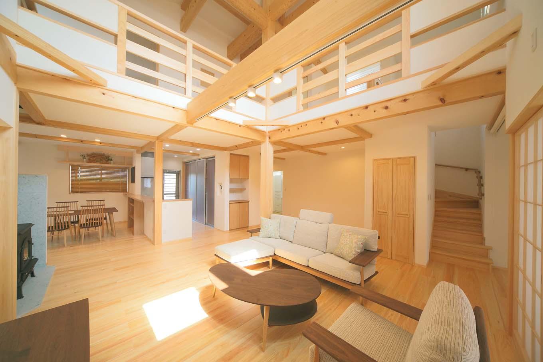エコフィールド【和風、二世帯住宅、自然素材】リビングからキッチン、居室へと、広々と広がる空間に心地よい風が通り抜ける