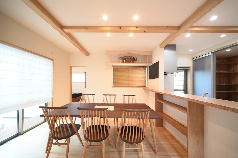 エコフィールド【和風、二世帯住宅、自然素材】自然素材ですっきりとまとめたダイニングスペース。目隠し扉のついた大容量の収納はキッチンカウンターの背面に