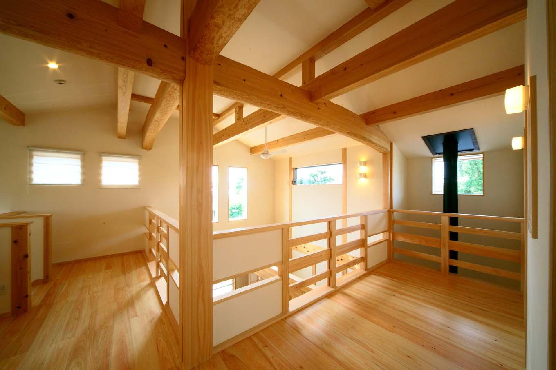 エコフィールド【和風、二世帯住宅、自然素材】和の趣を2醸し出す、2階ホールの木組み
