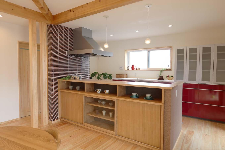 キッチン収納も造作。窓側の赤い収納扉がアクセントに
