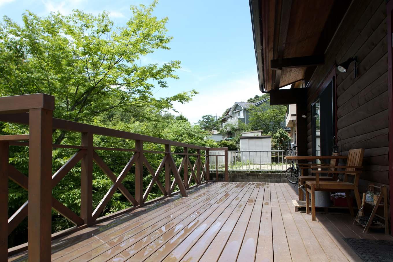 BESS浜松【自然素材、ペット、インテリア】玄関前とLDKに隣接する、幅3m、奥行き7.2mある広々ウッドッキ。すぐそばに緑が迫る絶好のロケーションが贅沢