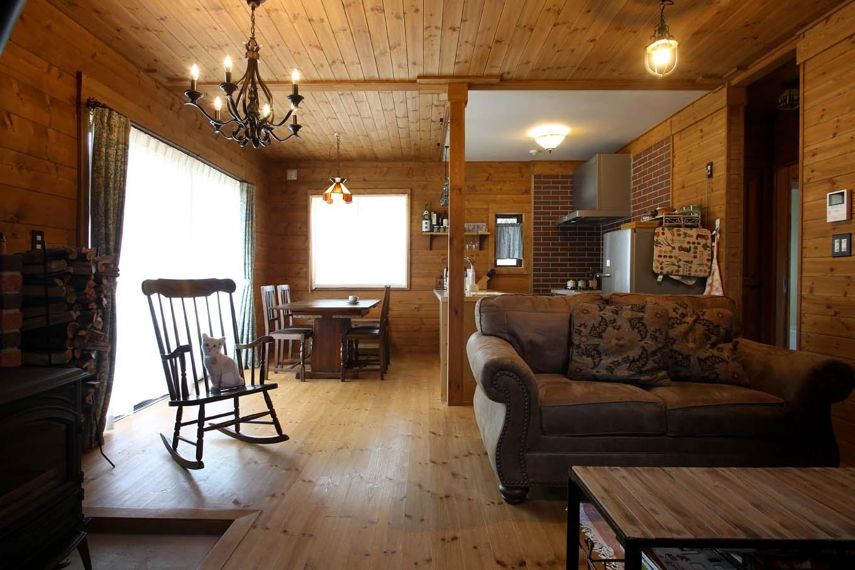 BESS浜松【自然素材、ペット、インテリア】玄関を開けると目の前に広がるLDK。アメリカンテイストの大きなソファ、Tさんが作ったアイアンの照明、薪ストーブとロッキングチェアなど、こだわりのインテリアが木の空間を引き立てる