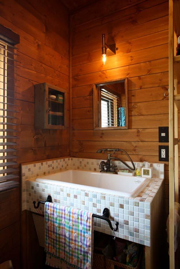 BESS浜松【自然素材、ペット、インテリア】大工が造作した洗面台は、白い陶製の実験用シンクとモザイクタイルがかわいらしい。朝シャン派の奥さまのために、シャワーノズルが付いた水栓が素敵
