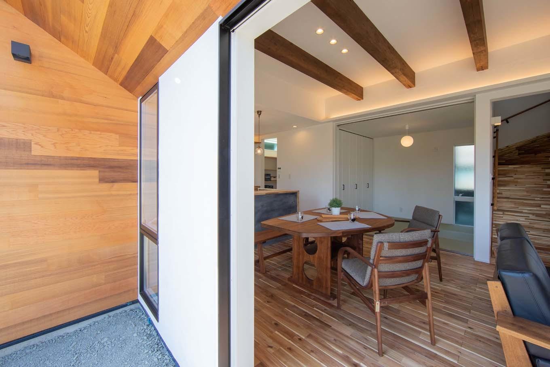 KOZEN-STYLE コバヤシホーム【デザイン住宅、自然素材、省エネ】リビングの南面のデッキには軒を深く出し、しかも室内に向けて勾配をつけてあるので、風を室内に採り込みやすい。夏は軒が直射日光を遮り、涼しさをもたらしてくれる