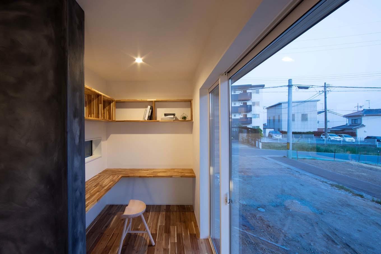 KOZEN-STYLE コバヤシホーム【デザイン住宅、自然素材、省エネ】リビングの端に設けたご主人の書斎コーナー。家族とほどよい距離を保ちながら自分時間を楽しめる空間
