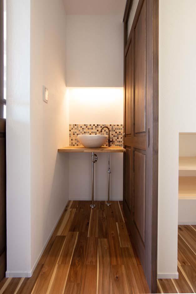 KOZEN-STYLE コバヤシホーム【デザイン住宅、自然素材、省エネ】玄関のすぐ先にある「ただいま手洗い」。子どもが帰ったらすぐ手洗い・うがいの習慣が身に着くように設けたもの。こうした何気ない空間もタイルと間接照明でオシャレに演出