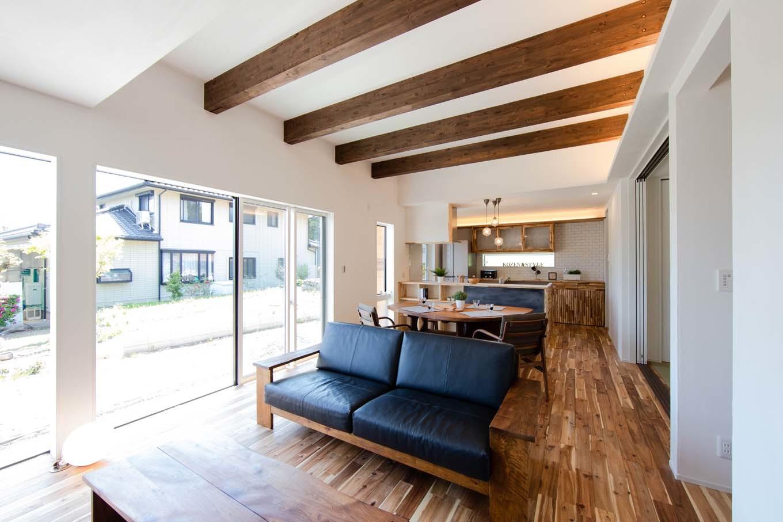 KOZEN-STYLE コバヤシホーム【デザイン住宅、自然素材、省エネ】アカシアの無垢の床と漆喰塗の壁で仕上げたLDK。陽と光と風が巡る自然素材の空間でナチュラルな心地よさに包まれる。SE構法により頑強な構造と大開口を実現