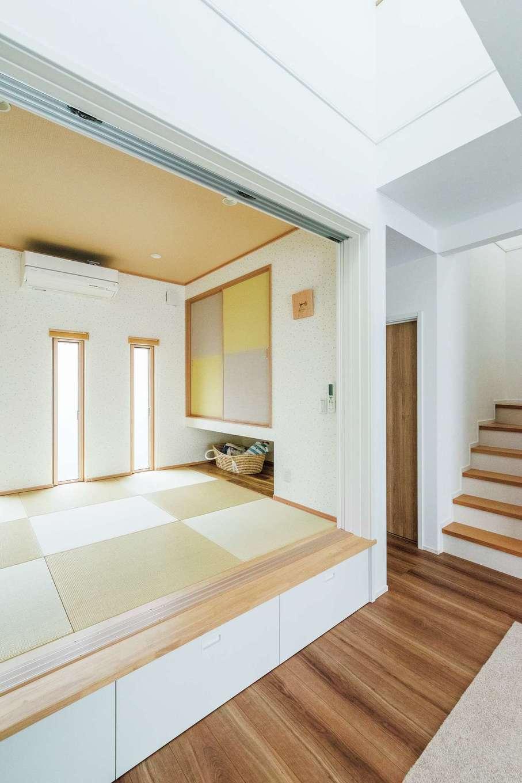 静鉄ホームズ【デザイン住宅、子育て、間取り】和室は段差をつけ、下部を収納に。吹き抜けからの光で北側でも明るい