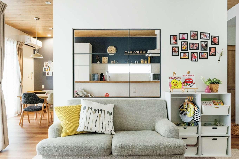 静鉄ホームズ【デザイン住宅、子育て、間取り】アイアンフレームが穏やかに役割を分けつつ、つながりを演出。キッチンからテレビが見えることもポイント