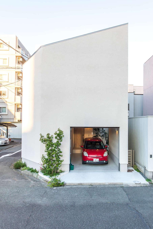 静鉄ホームズ【デザイン住宅、間取り、ガレージ】道路に面した西側は窓を設けず、外壁材をグレードアップ。スタイリッシュな外壁のカタチそのものをしっかりと見せるようデザインした
