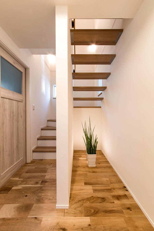 静鉄ホームズ【デザイン住宅、間取り、ガレージ】家を建てると決めた時から絶対に譲れなかったものの1つが、ストリップ階段。ゆとりある空間が奥行きを生み、1階も2階も実際よりも広く感じさせる