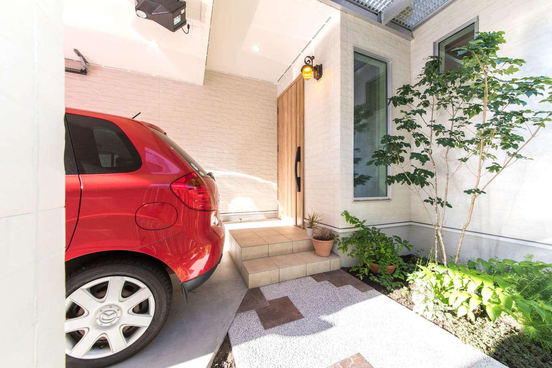 静鉄ホームズ【デザイン住宅、間取り、ガレージ】アプローチの小径を彩るのは、奥さまが育てるグリーンたち。「CANVAS」には、インテリアやガーデンエクステリアまで含まれているところが魅力的だったと奥さま。ガレージのシャッターはオーバースライドタイプを選んだ