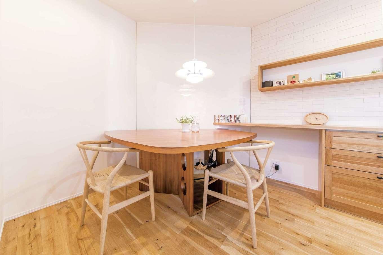 静鉄ホームズ【デザイン住宅、間取り、ガレージ】ダイニングテーブルは「TECTA」のM21。当初はサイズ的に入らないと考え違うものを考えていたが、設計図を元にコンピューター上でサイズを確認したらジャストサイズだとわかり、安心して選べた