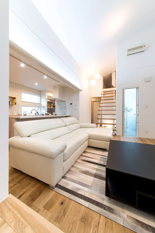静鉄ホームズ【デザイン住宅、間取り、ガレージ】階段の先にあるのは小屋裏部屋。進学のため一人暮らしをする長男が帰省するときには、このスペースで眠る。家具は「ACTUS」でコーディネート。インテリアコーディネーターがアドバイスしてくれたそう