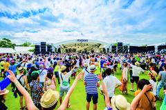 多くの人で賑わう静岡県営吉田公園で開催される音楽フェス