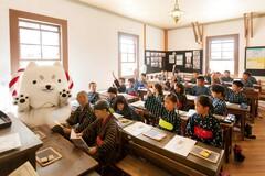 かすりの着物で行う旧見付学校「昔の授業体験」