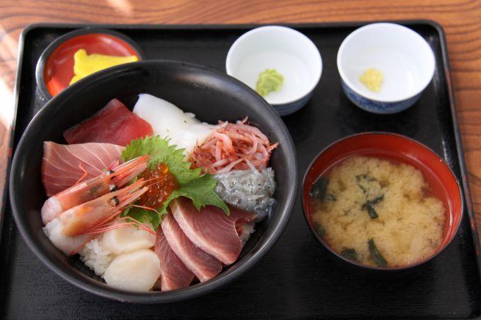 桜エビ、生シラスが入った海鮮丼(写真提供:焼津市)