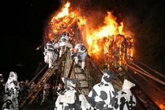 巨大なたいまつを燃やして豊作を占う「鳥羽の火祭り」(写真提供:西尾市)