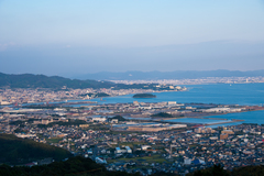 市街地と竹島(写真提供:蒲郡市)