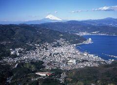 伊東市街と富士山(写真提供:伊東市)