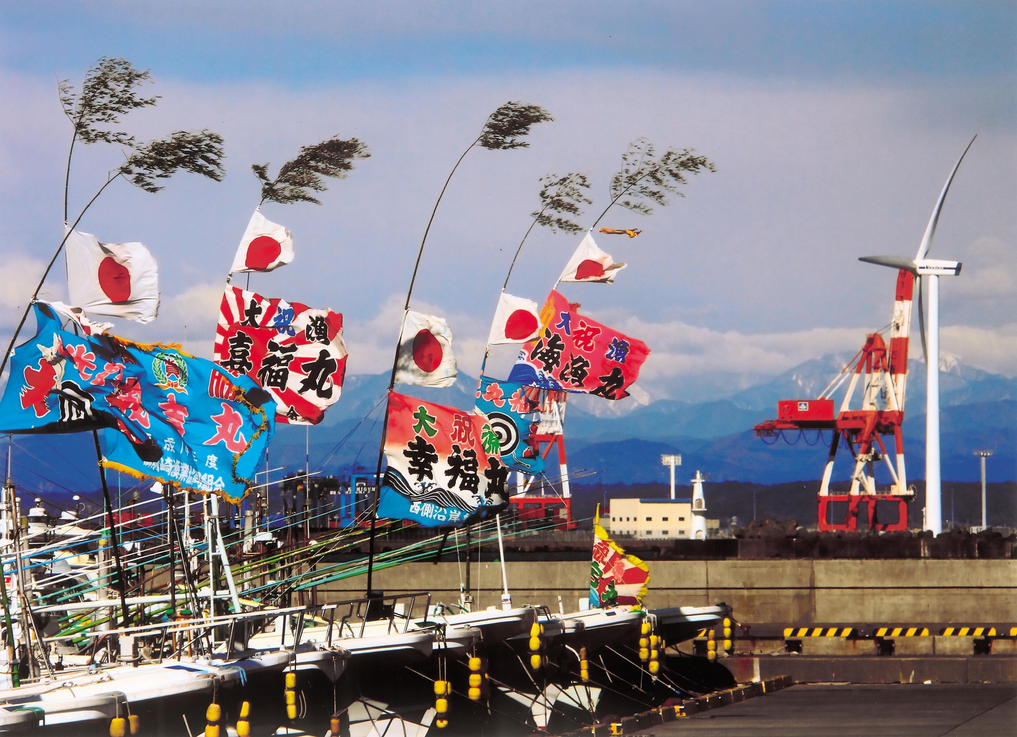 大漁旗を掲げる御前崎港の漁船