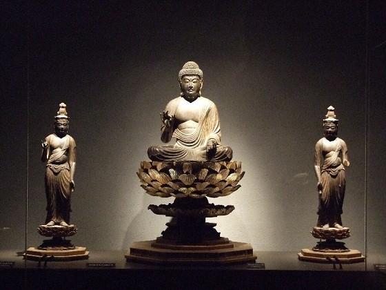 「かんなみ仏の里美術館」の「阿弥陀如来及両脇侍像」(写真提供:函南町)