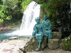 「踊り子と私」の像と初景滝(写真提供:河津町)