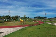 きれいな公園でのびのび遊ぶ