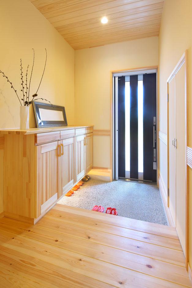玄関のたたきは伝統的な洗い出し仕上げで和のテイストを表現。玄関収納下の照明がアクセントに。壁面に収納も確保している