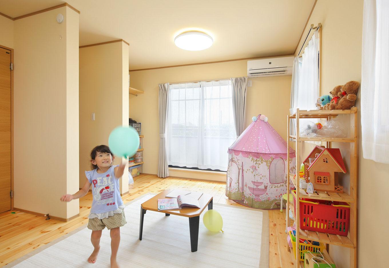 子ども室は将来間仕切りができるように2か所にドアを設置。ベランダを新設し、掃き出し窓としたことで、通風もよくなった。部屋の広さを確保するために扉付きの収納はつくらず、衣類収納はホールのクローゼットに集約している