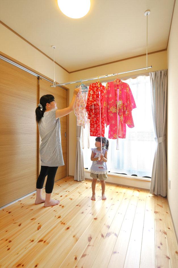 2階ホールはベランダへと出入りでき、いつでも洗濯物が干せるドライルームにもなる。ホール横の収納は子どもたちの衣類用クローゼット。洗濯物を干す・取り込む・たたむ・収納するまで、すべてここで完結する
