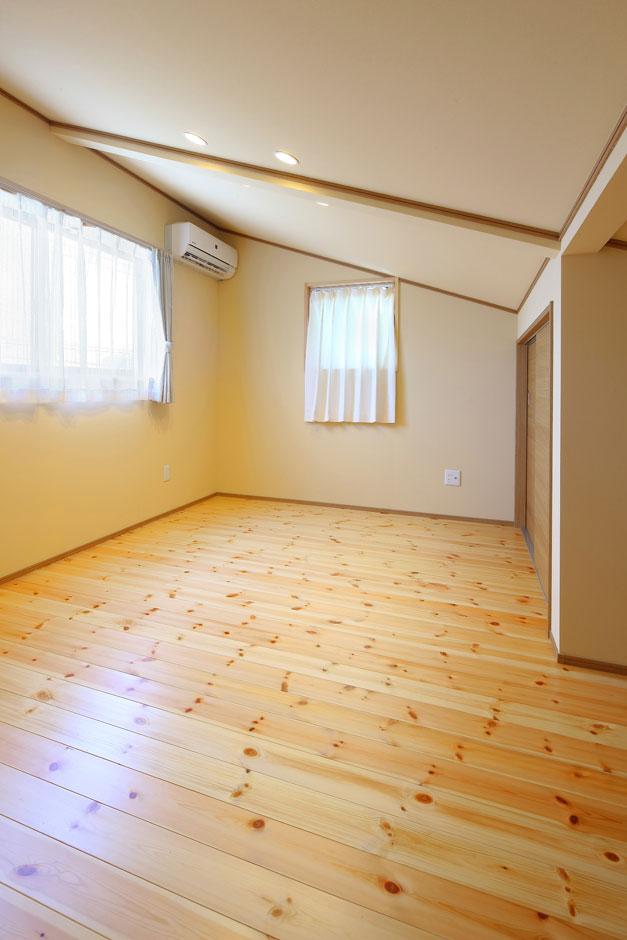 片流れの屋根勾配を利用したロフト風スペースは、寝室として利用している。壁と天井は、1・2階とも全室に珪藻土クロスを採用。調湿効果があり、空気がさらっとしている
