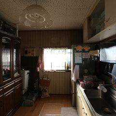 北側に位置し、暗く寒かったキッチン。食器棚は転倒防止の突っ張り棒を使用していた。リフォーム後はキッチンを明るい南東に移し、対面型を採用し食器棚は作り付けとした
