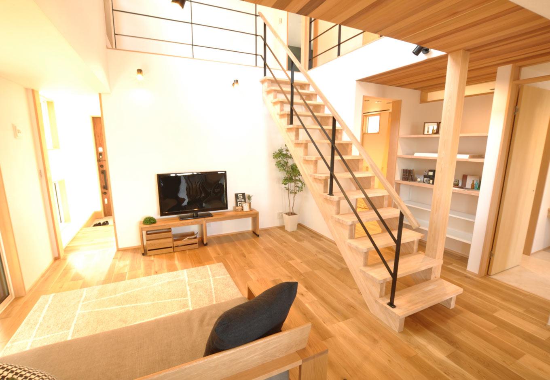 Asobi-創家(アソビスミカ)/ナカジツ【デザイン住宅、趣味、建築家】階段には無垢材を使い、天井の一部に木をあしらうなど、ぬくもりを感じるデザインが居心地のよい空間を生み出す