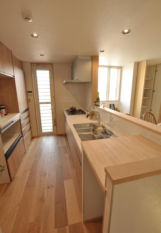 Asobi-創家(アソビスミカ)/ナカジツ【デザイン住宅、趣味、建築家】シンク横にもカウンターを造作。できあがった料理を置けるほか、カウンター下にごみ箱を収納できるので、キッチンがすっきり