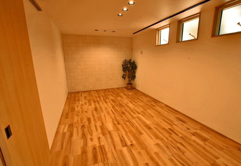 Asobi-創家(アソビスミカ)/ナカジツ【デザイン住宅、趣味、建築家】11畳もある卓球室は、奥の壁にエコカラットを採用することで、湿度の調整、においなどを吸収。さらに換気用に高窓を設け、卓球を快適に楽しめる環境が完成