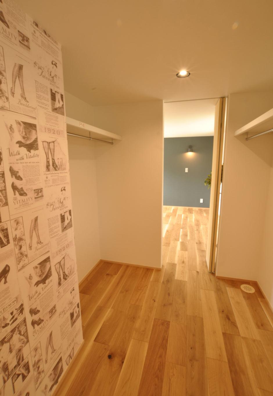 Asobi-創家(アソビスミカ)/ナカジツ【デザイン住宅、趣味、建築家】2階に設けたウォークスルークローゼットは、廊下から寝室へと抜けられる動線が便利。壁の一部をアートクロスにする遊び心も