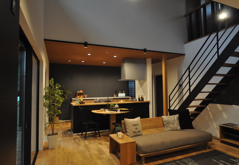 モダンな空間に音楽が響く、距離感のいい二世帯住宅