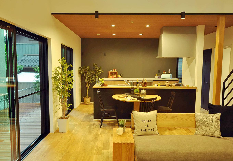 Asobi-創家(アソビスミカ)/ナカジツ【デザイン住宅、趣味、建築家】キッチンには吊り戸棚や背の高い食器棚は設けず、高さを抑えすっきりと。天井を木目調のクロスを採用し、優しい落ち着いた雰囲気に