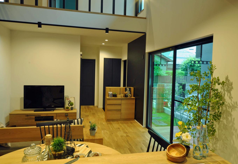 Asobi-創家(アソビスミカ)/ナカジツ【デザイン住宅、趣味、建築家】キッチンに立てば、1階LDKを一望。玄関ともつながっているので、家事をしていても帰宅した家族を出迎えることができる