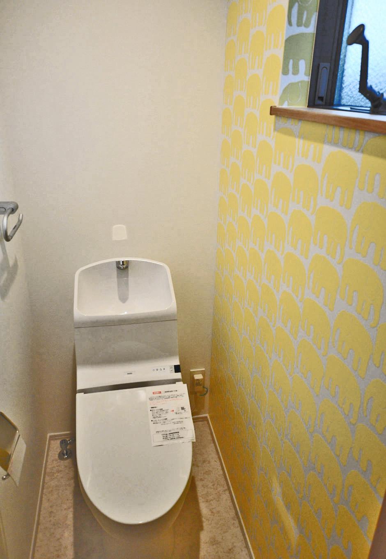 Asobi-創家(アソビスミカ)/ナカジツ【デザイン住宅、趣味、建築家】トイレのクロス、洗面所のクッションフロアはデザイン性のあるものを選び、遊び心を演出