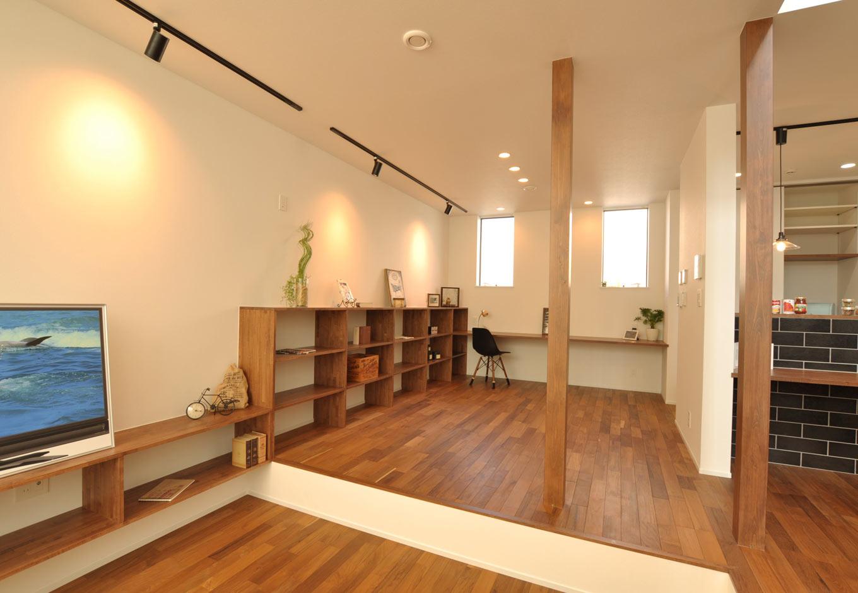 Asobi-創家(アソビスミカ)/ナカジツ【デザイン住宅、省エネ、建築家】段差のある広々リビング。部屋の奥には仕事や家事に便利なカウンターを設置。造作して作った収納棚にお気に入りの雑貨をディスプレイ