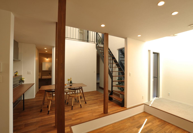 Asobi-創家(アソビスミカ)/ナカジツ【デザイン住宅、省エネ、建築家】リビングの南側にあるのは吹き抜けの光を間接照明のように取り組むアイデアで、窓がなくても十分明るい