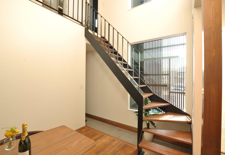 Asobi-創家(アソビスミカ)/ナカジツ【デザイン住宅、省エネ、建築家】ダイニングの南側は玄関土間でつながる開放的な間取り。階段横の大きな窓の向こうには格子で区切られた坪庭があり、目を楽しませてくれる