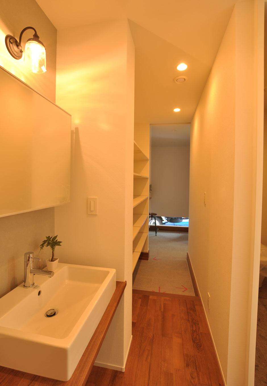 Asobi-創家(アソビスミカ)/ナカジツ【デザイン住宅、省エネ、建築家】玄関からまっすぐ伸びるファミリー用の動線。途中には洗面スペースがあり、子どもの手洗い習慣に便利